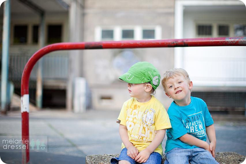 Zwei kleine Jungen vor einem renovierungsbedürftigen Neubaublock in Gera