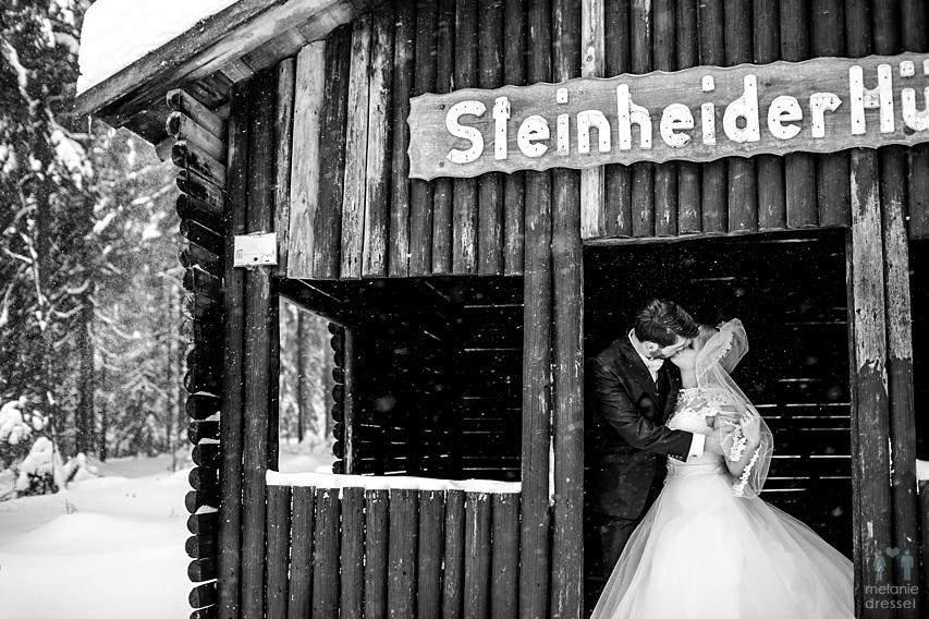 küssendes Brautpaar im Schnee