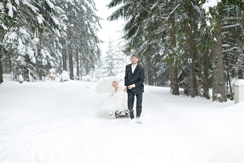 Braut und Bräutigam im Schnee