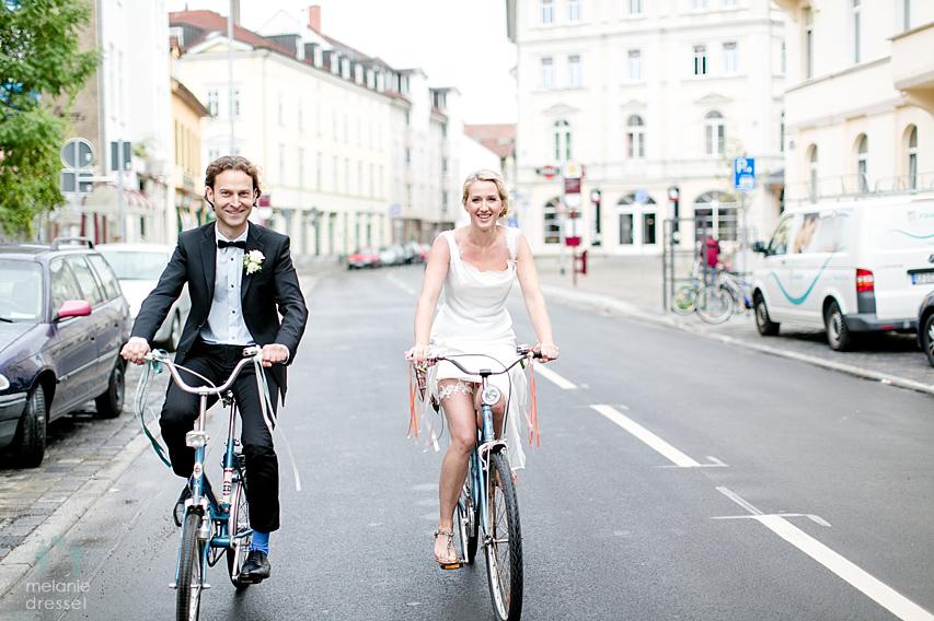 Brautpaar fährt Fahrrad