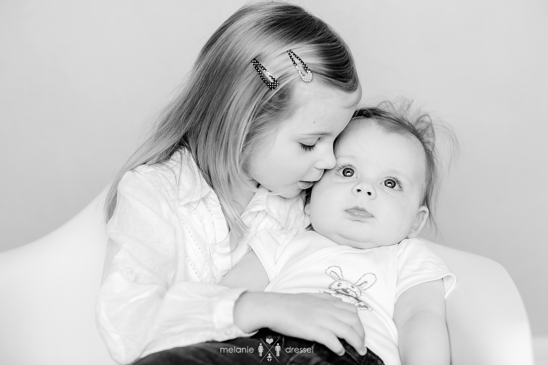 Zwei kleine Schwestern in Schwarz-Weiß, fotografiert von Kinderfotografin Melanie Dressel in Thüringen