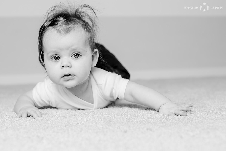 Baby in Schwarz-Weiss, fotografiert im Studio von Melanie Dressel, Familien- und Kinderfotografie für