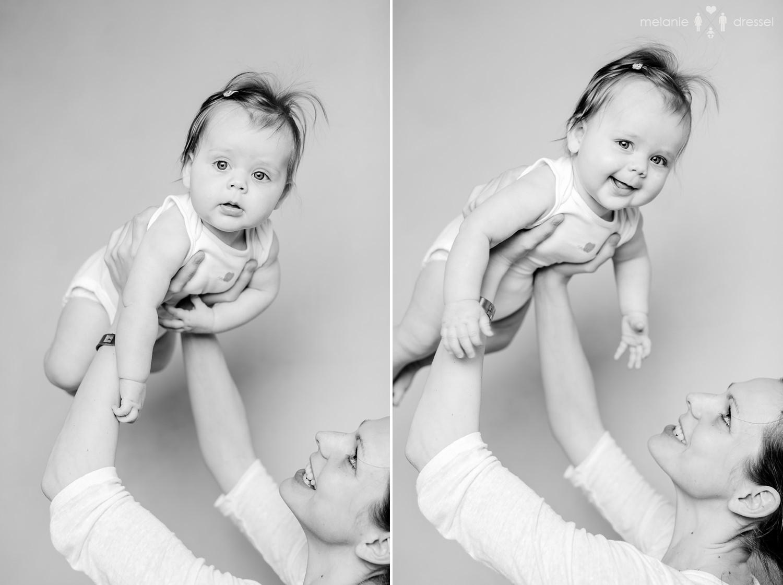 Mama hält Baby in die Höhe, fotografiert im Studio von Melanie Dressel, Familien- und Kinderfotografie für