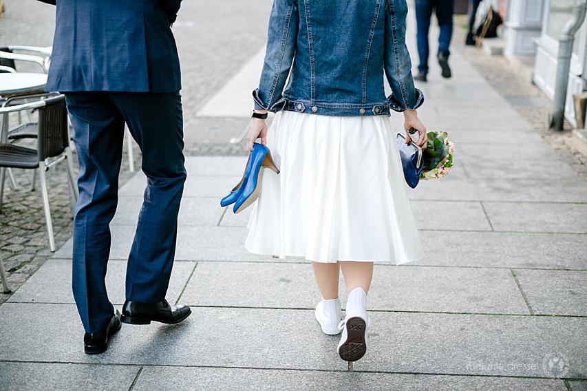 Braut mit Jeansjacke und Chucks auf dem Weg zur Trauung