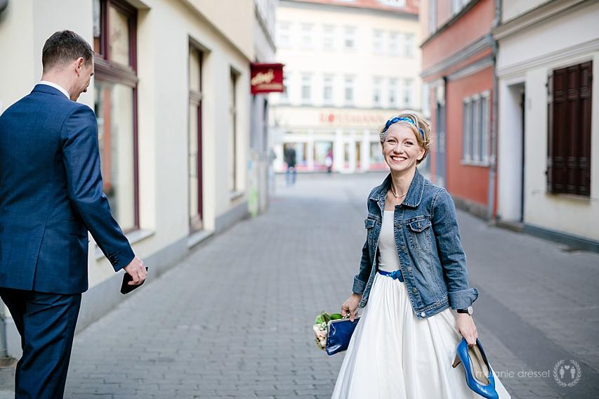 Brautpaar holt vor der Trauung einen Kaffee