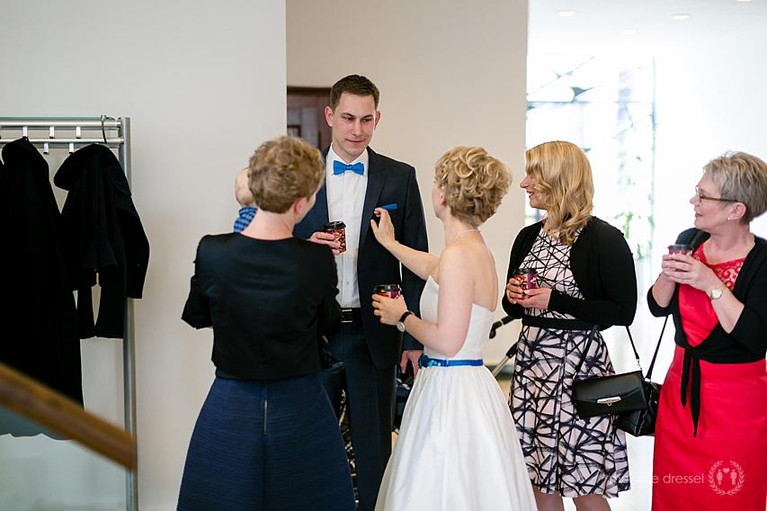 Braut und Bräutigam inmitten der Hochzeitsgesellschaft im Standesamt Erfurt