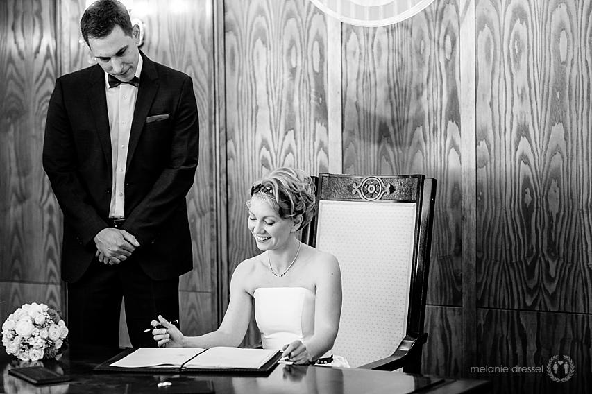 Braut unterschreibt Eheurkunde im Standesamt Erfurt