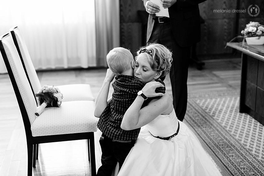 Sohn gratuliert Mama nach Trauung im Hochzeitshaus Erfurt