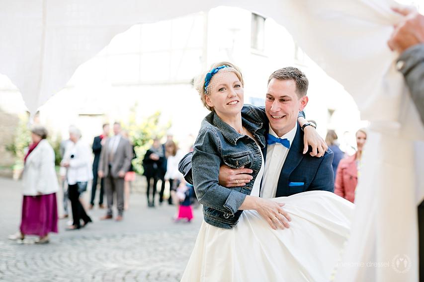 Bräutigam trägt Braut durchs Herz in Erfurt