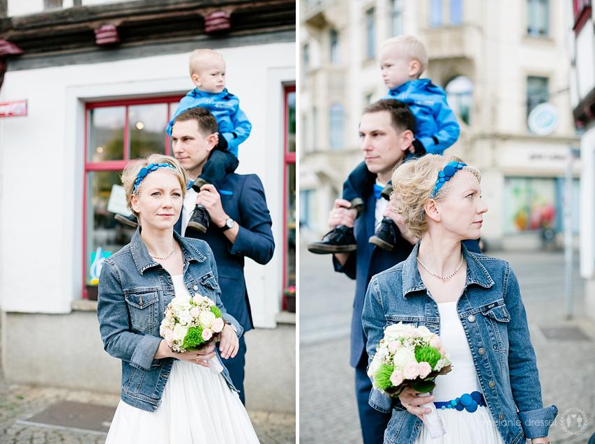 Hochzeitspaar mit Kind auf den Schulter nach Trauung in Erfurt