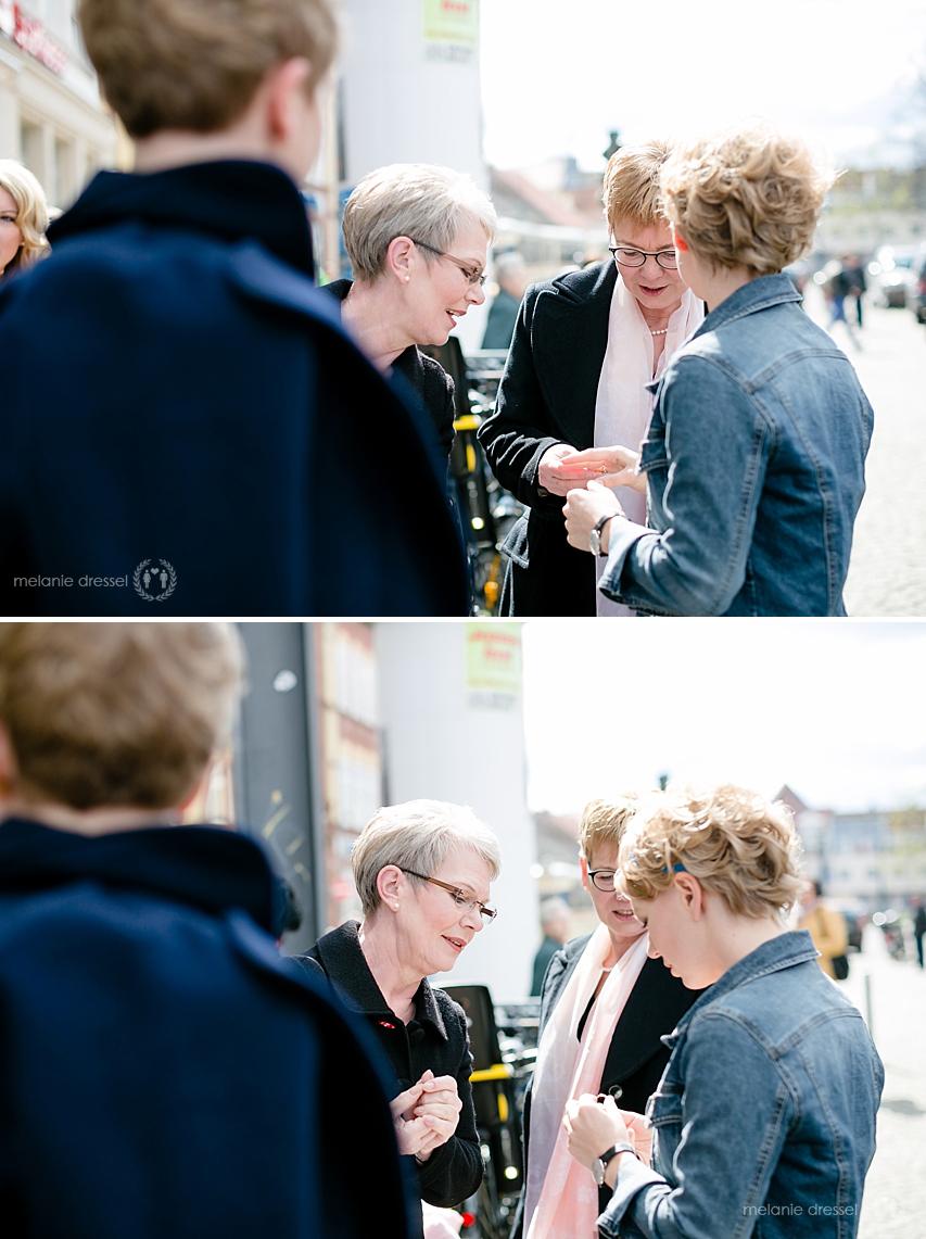 Hochzeitsgäste betrachten den Ehering in Erfurt