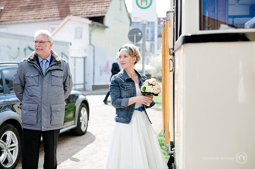 Braut mir Brautvater vor Straßenbahn in Erfurt