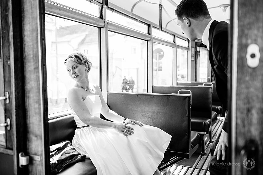 Braut und Bräutigam in Straßenbahn in Erfurt