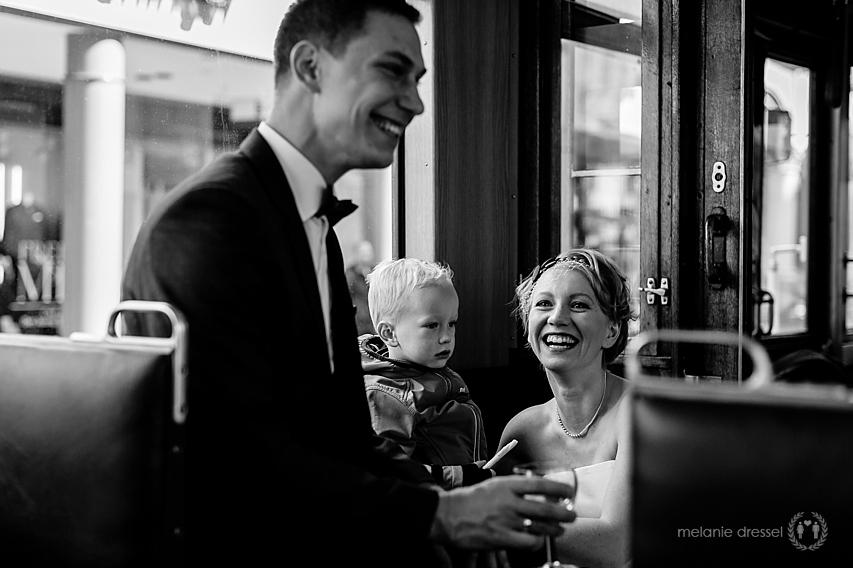 Braut und Bräutigam in schwarz weiß während Stadtrundfahrt durch Erfurt