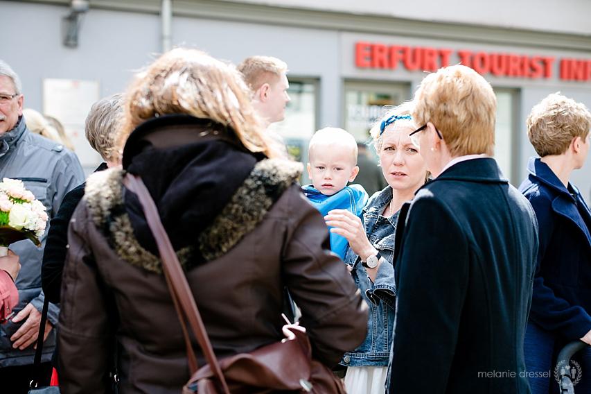 Hochzeitsgesellschaft auf dem Weg durch die Erfurter Innenstadt, fotografiert von Melanie Dressel