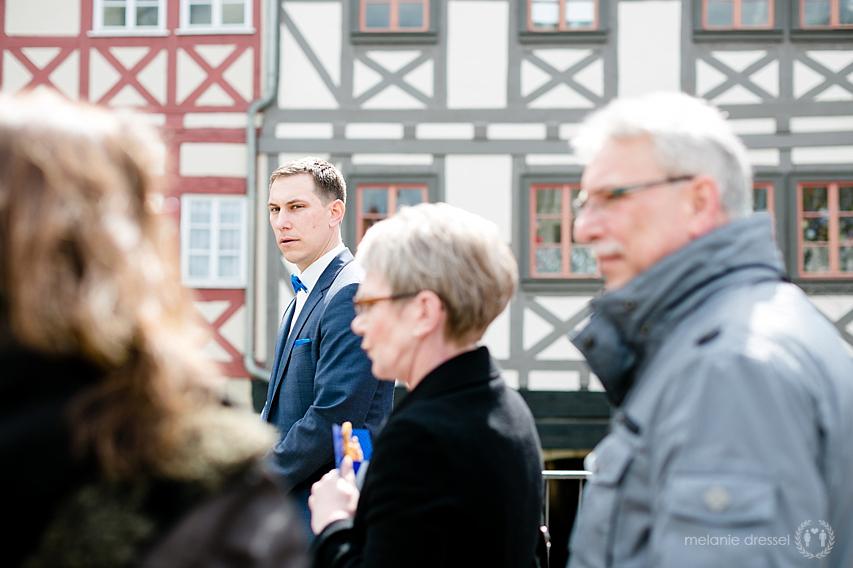 Hochzeitsgesellschaft nach der Trauung auf dem Weg durch die Erfurter Innenstadt