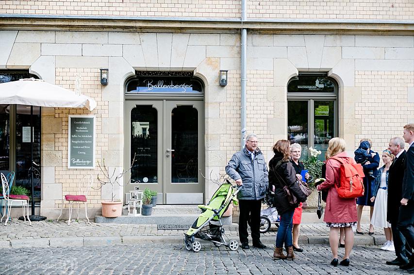 Hochzeitsgesellschaft vor Brasserie Ballenberger