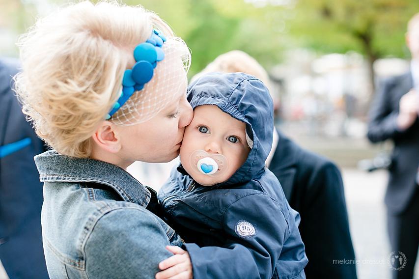 Braut küsst Kind