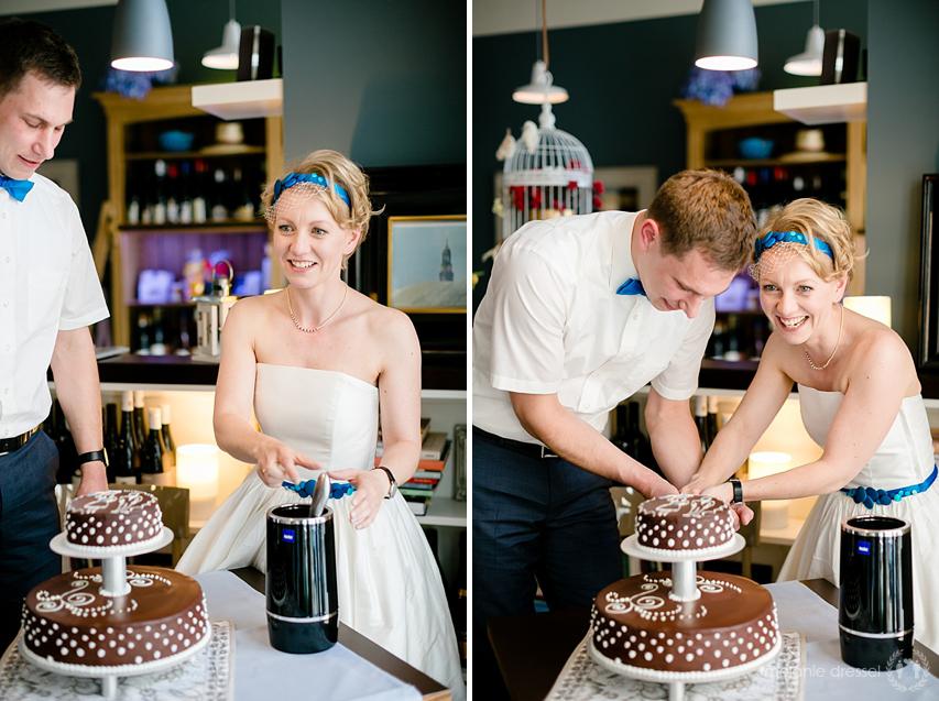 Anschnitt der Hochzeitstorte der Schokoladenmanufaktur Goldhelm während einer Hochzeitsfeier in der Erfurter Brasserie Ballenberger