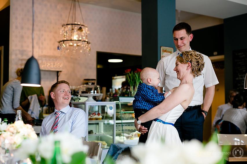 Hochzeitspaar mit kleinem Kind während der Feier in der Brasserie Ballenberger in Erfurt