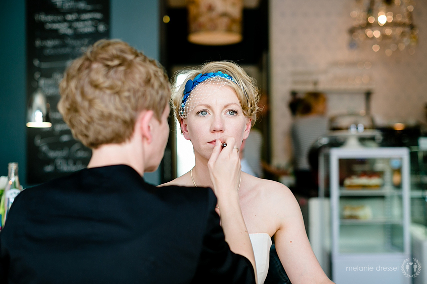 Braut wird in der Brasserie Ballenberger geschminkt