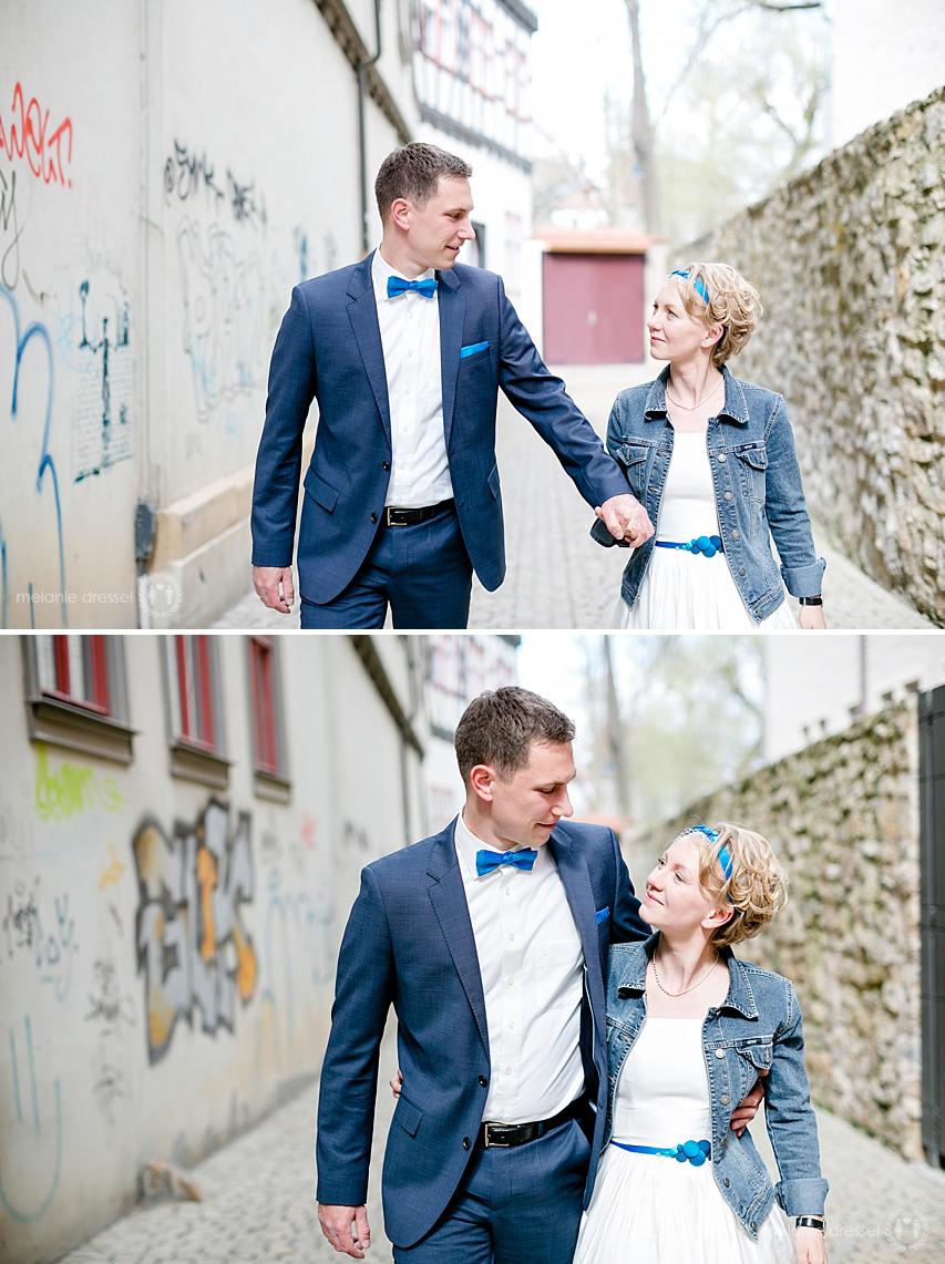 Brautpaar läuft durch Erfurter Altstadt