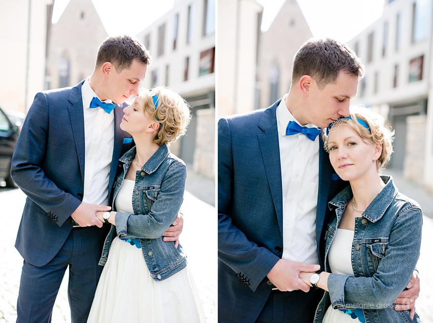 Brautpaar in der Erfurter Altstadt. Braut in Jeansjacke, Chucks und Noni - Kleid