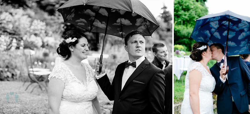 Brautpaar mit Regenschirm