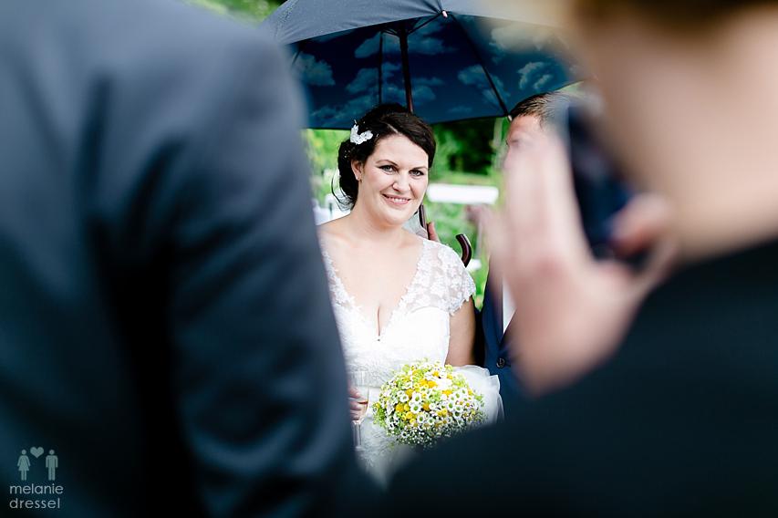 Braut mit Regenschirm