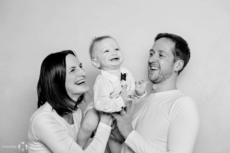 Eltern mit kleinem Kind, Schwarz-weiss- Fotografie für Familien