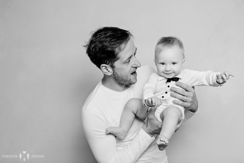Papa mit kleinem Sohn, schwarz-weiß Familienfotografie für Erfurt