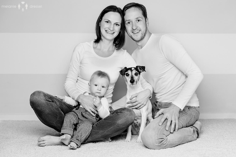 Familie mit Kleinkind und Hund, schwarz weiß Fotografie, Familienfotografie für Gera