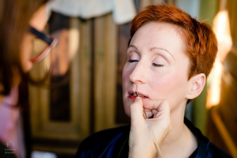 Braut Evelyn wird vor ihrer Hochzeit in Gera geschminkt