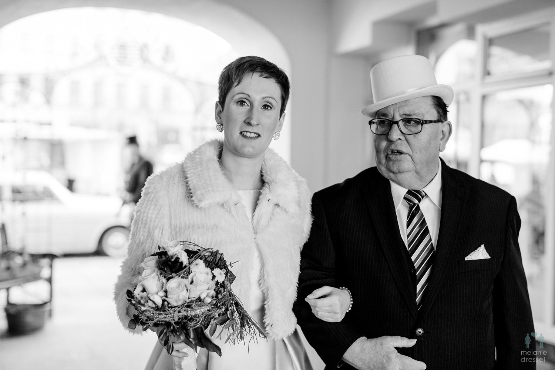 Braut betritt das Standesamt in Gera, fotografiert von Melanie Dressel