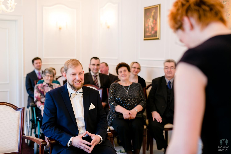 der Bräutigam wartet auf seine Braut im Standesamt Gera