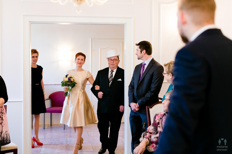 Braut betritt das Standesamt in Gera
