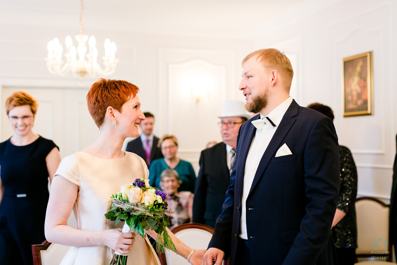 Bräutigam begrüßt Braut im Standesamt Gera