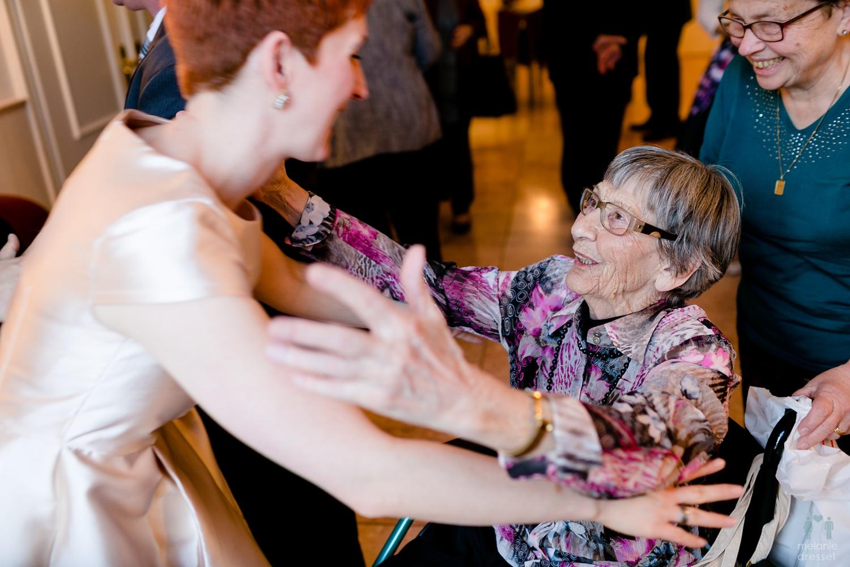 Braut umarmt Großmutter im Standesamt Gera