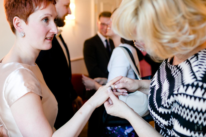 Brautmutter betrachtet den Ehering im Standesamt Gera