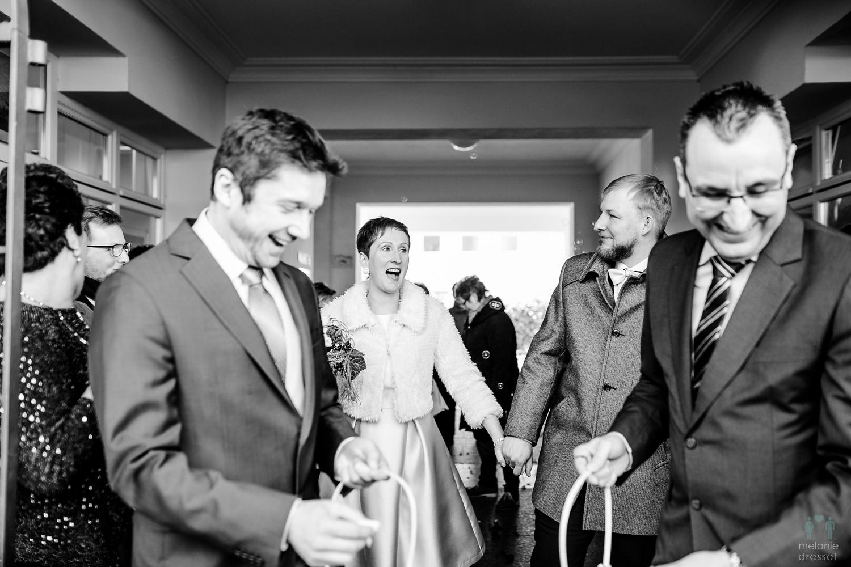 Das Brautpaar wird vor dem Standesamt Gera begrüßt