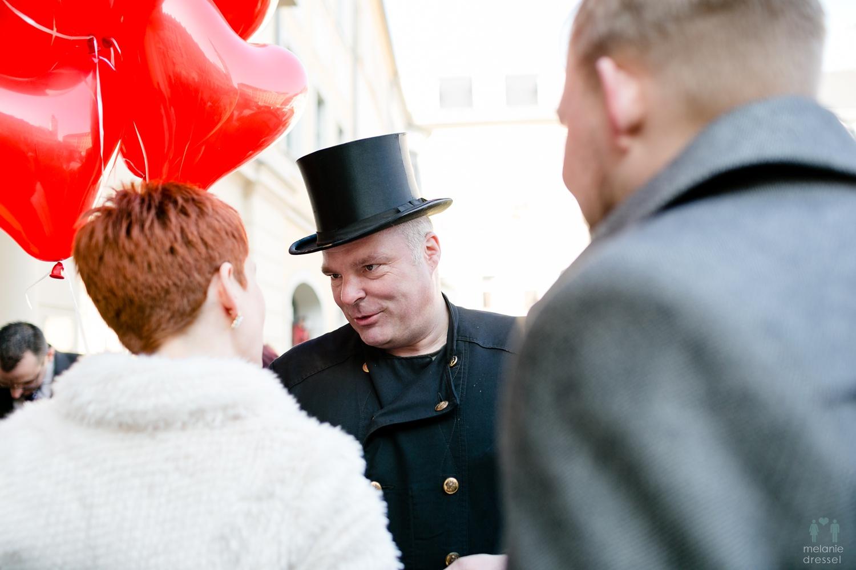 Ein Schornsteinfeger gratuliert der Braut in Gera