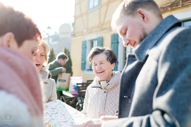 Geschenkübergabe während einer Hochzeit in Gera