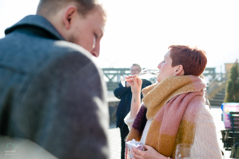Braut während des Sektempfanges vor dem Lummerschen Backhaus Gera