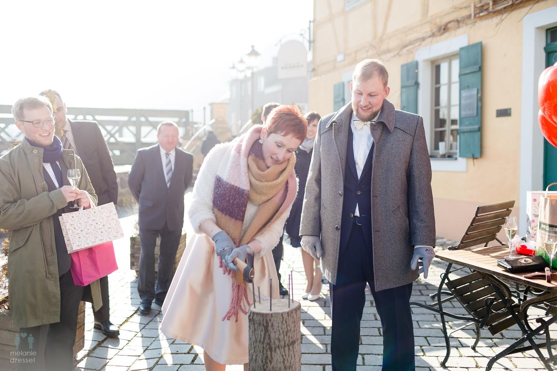 Brautpaar erledigt Hochzeitbrauch in Gera