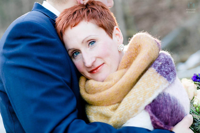 Bräutigam umarmt Braut während der Hochzeit in Gera