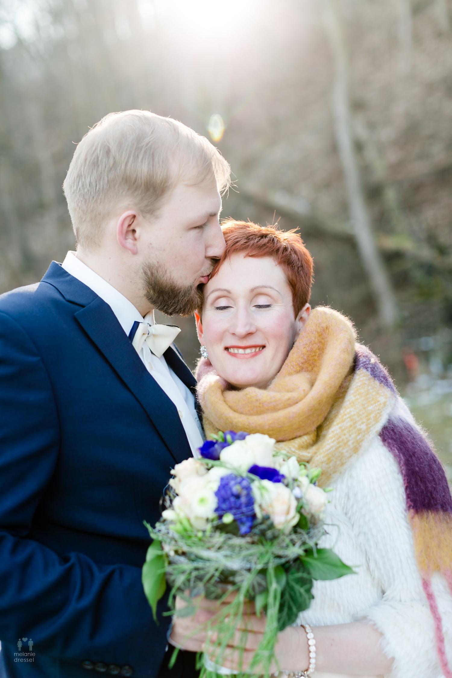 Karl küsst seine Braut Evelyn während Ihrer Hochzeit in Gera
