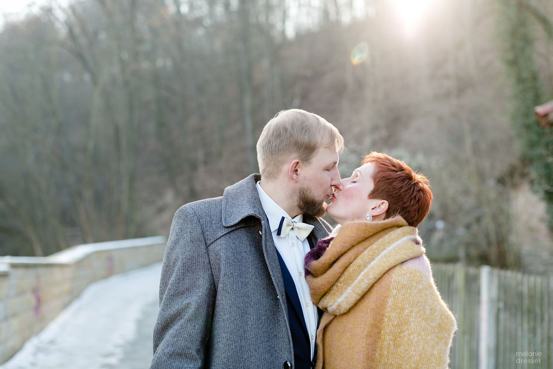 Evelyn und Karl an ihrem hochzeitstag vor dem Hofgut in Gera, fotografiert von Melanie Dressel