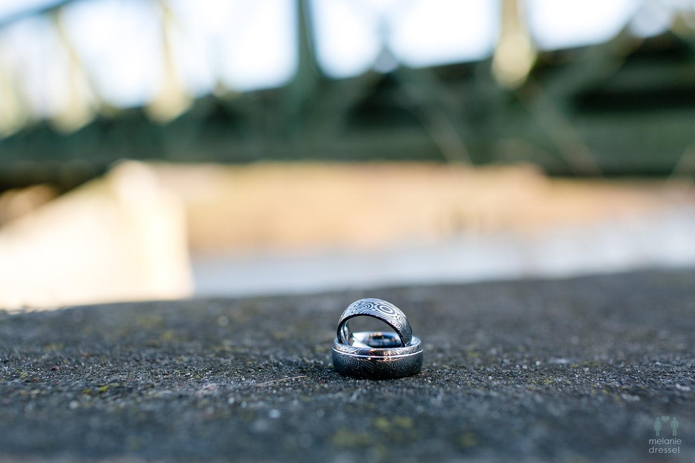 Eheringe von Evelyn und Karl, fotografiert von Hochzeitsfotograf Melanie Dressel an der Untermhäuser Brücke