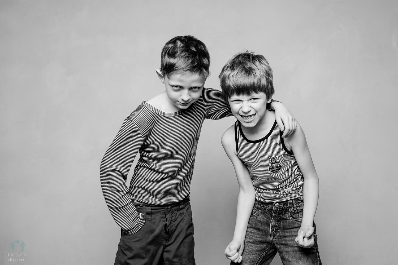 2 Jungen in Schwarz/Weiß
