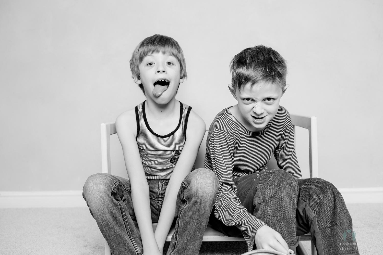 Zwei Jungen schneiden Grimassen